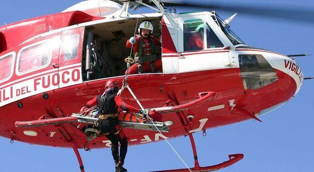 Due donne si perdono nel bosco, intervento di salvataggio dei vigili del fuoco con l'elicottero