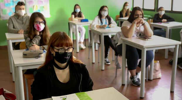 Covid, i contagi a scuola. Azzolina: «Positivi 1.492 studenti, 349 prof e 116 non docenti»