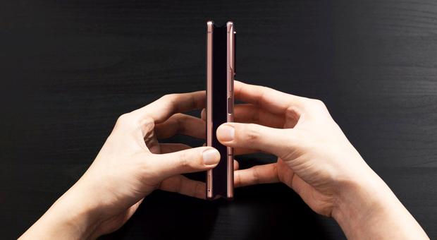 """Smartphone sempre più flessibili: ecco le ultime novità """"pieghevoli"""""""