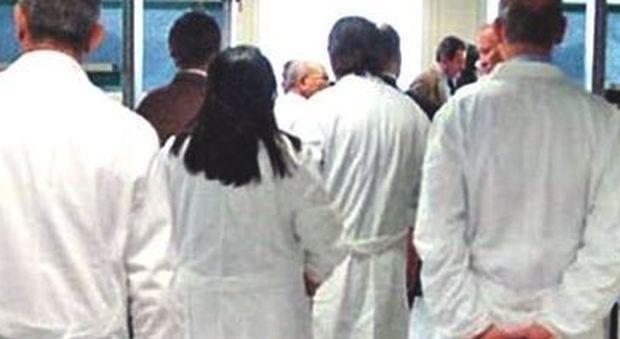 Medici emigranti: in Europa il 52% è italiano: «Negli Emirati Arabi offrono 20mila euro al mese»