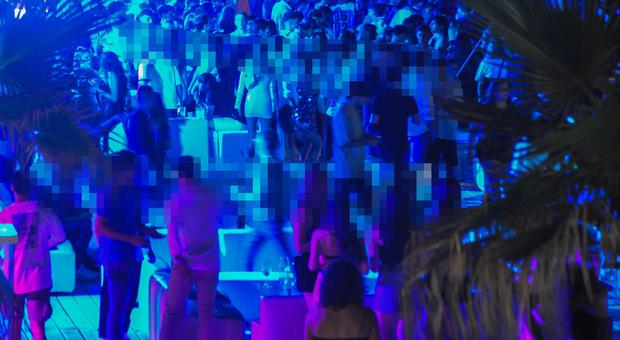 Ostia, discoteca abusiva, in 400 ballavano senza mascherina: chiuso stabilimento