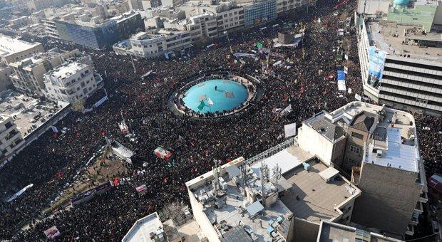 Iran, Khamenei piange sulla bara di Soleimani: milioni di iraniani al corteo funebre