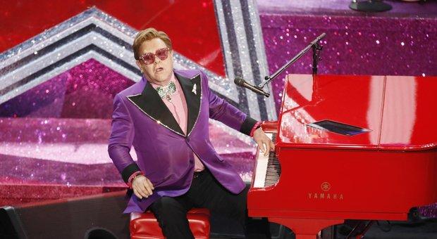 Elton John interrompe il concerto e abbandona il palco in lacrime: «Sono senza voce». Poi la diagnosi choc