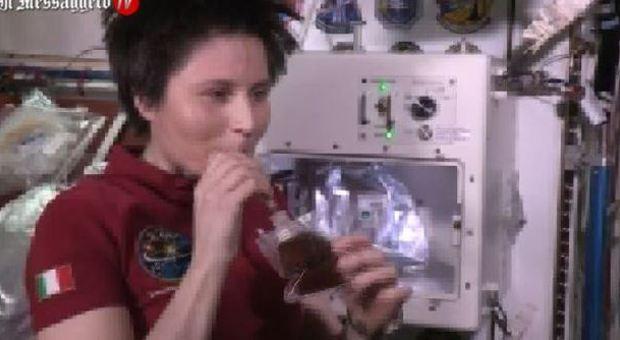 Samantha Cristoforetti, primo caffè Isspresso nello spazio, astronauti in fila davanti alla macchinetta