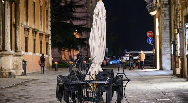 Tavolini dei bar chiusi dopo le 18 in corso Vannucci a Perugia