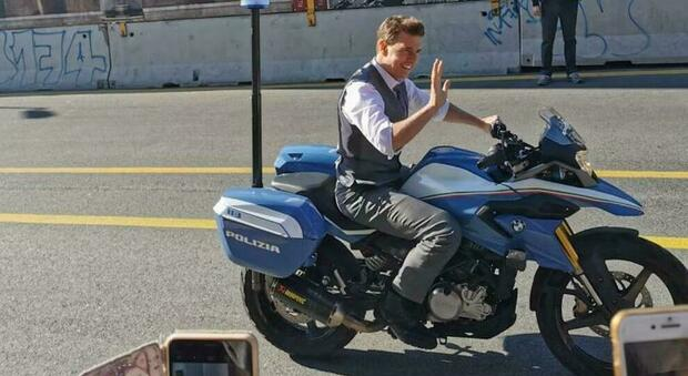 """Tom Cruise ai Fori, """"ruba"""" la moto della Polizia e scappa: il set di Mission Impossible 7 arriva al Colosseo"""