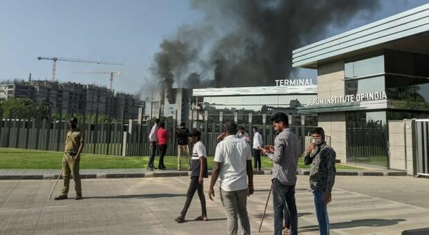Vaccini, paura in India: incendio nella maggiore fabbrica di siero al mondo. AstraZeneca: produzione intatta