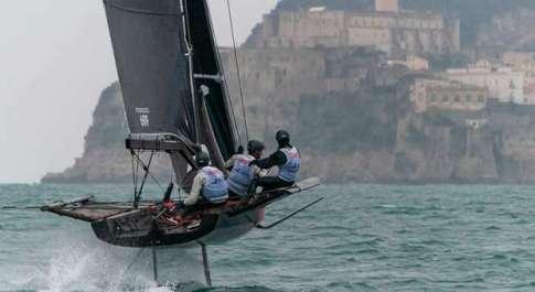 L'equipaggio di Young Azzurra in allenamento nel Golfo di Gaeta nella foto di Gianluca Di Fazio