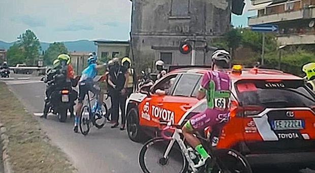 Giro d'Italia a Rieti, ma il passaggio a livello è chiuso: ciclisti in fuga fermi ad aspettare il treno