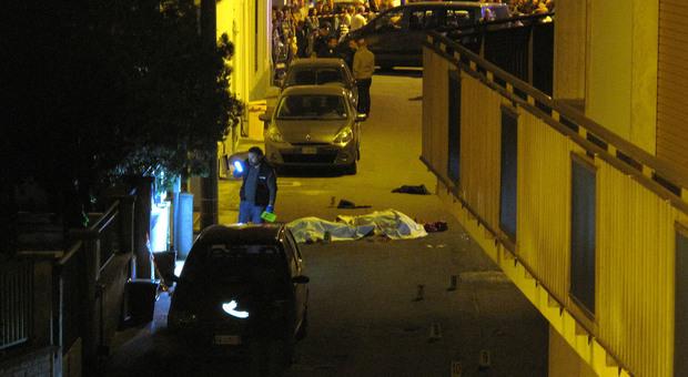 Lite per il parcheggio a Lecce, spara ai vicini: uccisi in strada padre, figlio e zia. Arrestato l'assassino