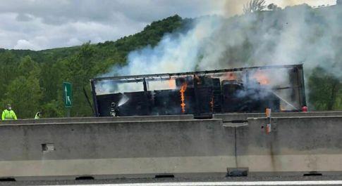 Tir in fiamme sulla A1: chiuso lo svincolo Sasso Marconi. Rallentamenti e code sull'autostrada