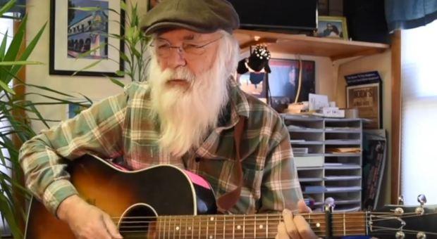 Addio al cantante folk David Olney: colpito da infarto mentre cantava sul palco