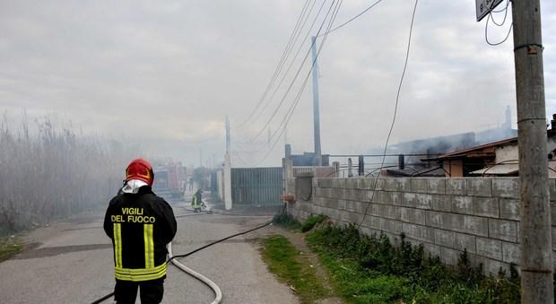 Fiumicino, brucia eternit al Passo della Sentinella. A fuoco una casa (Foto di Mino Ippoliti)