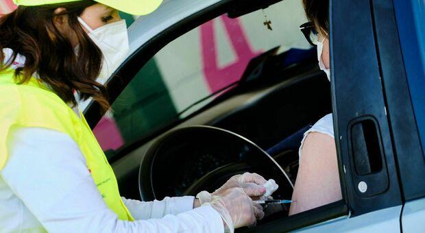Vaccini Lazio, come funziona il drive-in di Valmontone Outlet e quali sono i vantaggi