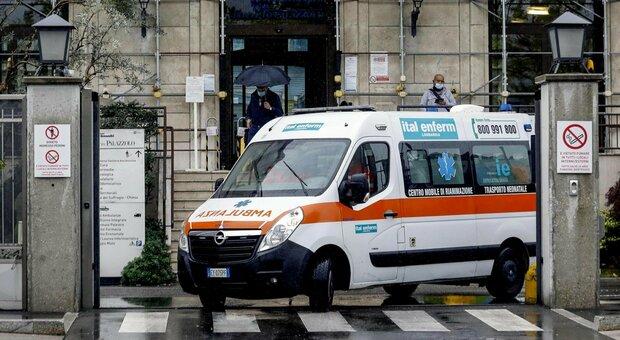 Covid Roma, anziana passa la notte in attesa in ambulanza: in ospedale non c'è posto