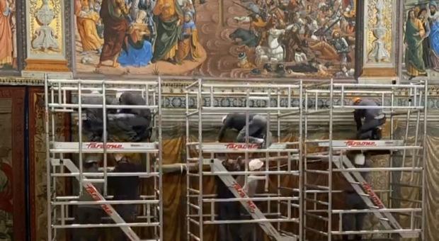 Gli arazzi di Raffaello spostati nella Cappella Sistina, il Papa all'oscuro dei rischi