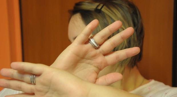 Roma, calci e pugni alla madre anziana per la droga: arrestata 33enne