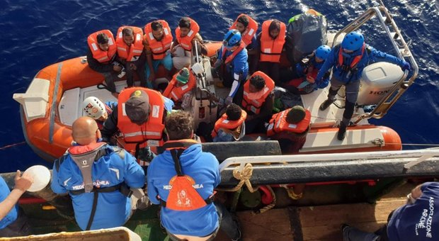 Migranti, stop dei vertici militari: «Inapplicabili le multe a chi li soccorre»