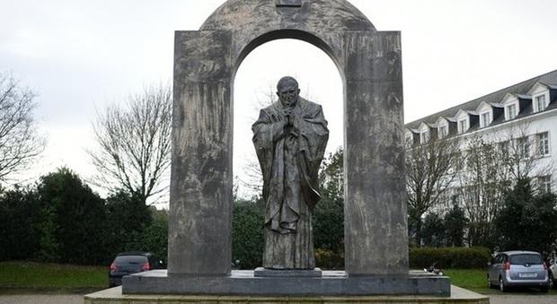 Francia, polemiche per una statua di Papa Giovanni Paolo II