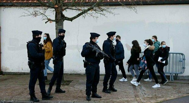 Parigi, professore decapitato: la ragazzina che l'accusava in realtà mentì. «Quel giorno non andai a scuola»