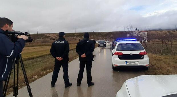 L'arrivo della polizia nel villaggio Posusje, nel sud della Bosnia-Erzegovina, dove sono morti otto giovani