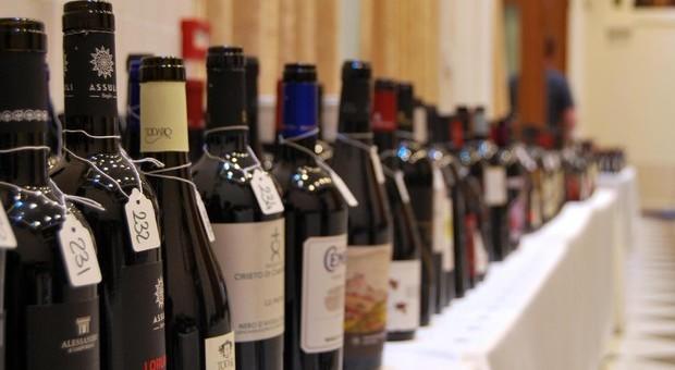 Svizzera, ladro beve 31 bottiglie di vino nella cantina di un condominio: trovato ubriaco dalla polizia