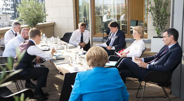 Recovery fund, trattativa a oltranza, Italia pronta ad accordo senza Olanda. Merkel: «Posizioni molto diverse»