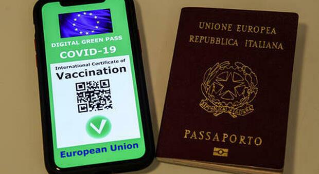 Green Pass europeo solo dopo secondo dose vaccino, ma per la carta verde italiana ne basta solo una: come funziona