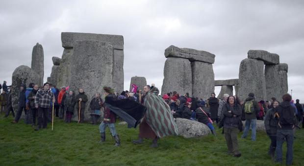 Centinaia di adepti salutano l'inverno nel sito preistorico di Stonehenge