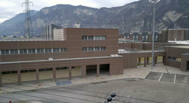 Trento, detenuto straniero aggredisce una poliziotta in carcere e tenta di baciarla