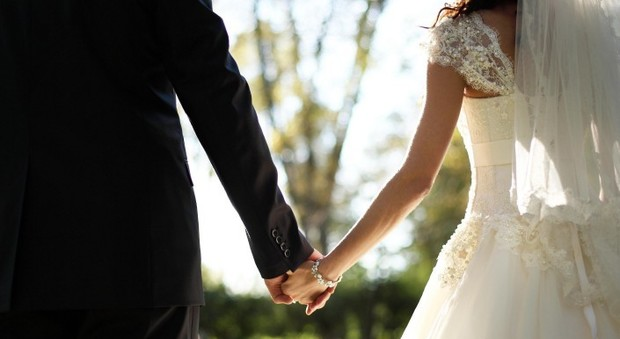 Sposo sviene dopo il sì sull'altare. E la sposa viene colta da malore