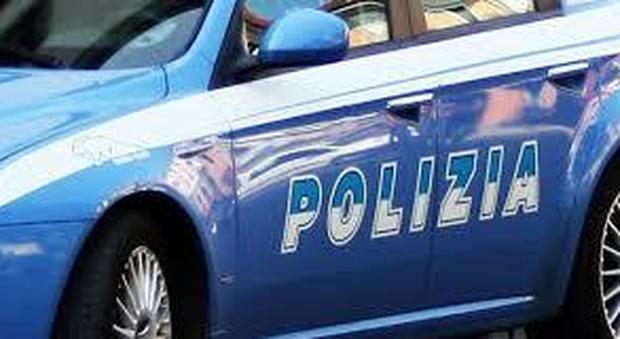 Roma, ferisce conducente con le forbici e fugge sull'auto rubata: preso dopo inseguimento