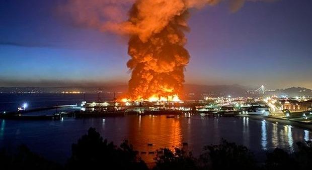 San Francisco, a fuoco lo storico Pier: centinaia di pompieri al lavoro, evacuata la zona