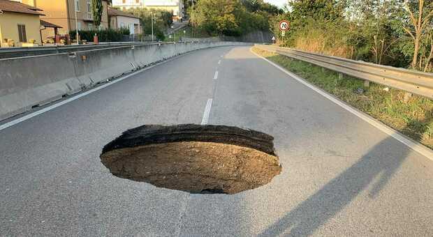 La voragine (foto dal profilo Facebook del sindaco di Narni Francesco De Rebotti)