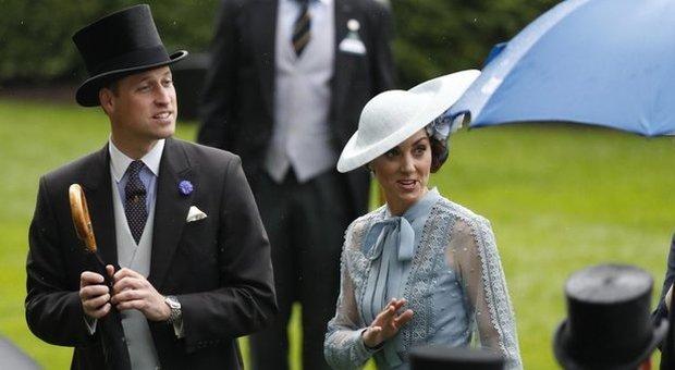 Kate Middleton, pizzo celeste e trasparenze al Royal Ascot 2019. Fan impazziti: «È incantevole»