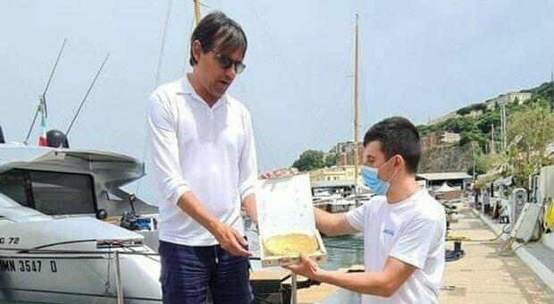Il neo tecnico dell'Inter Simone Inzaghi mentre riceve alla Base Nautica Flavio Gioia di Gaeta la tiella di polpo da Salvatore Ferro