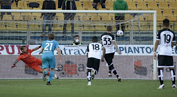 Tre pali per lo Spezia e il Parma si salva con Kucka all 93'