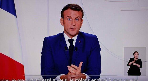 Macron in diretta tv: picco Covid passato, dal 28 negozi aperti. Niente sci a Natale. Vaccino tra dicembre e gennaio