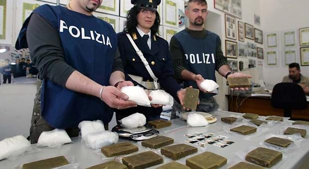 Roma, clienti in fila per ricevere la dose: arrestati due spacciatori a Montesacro