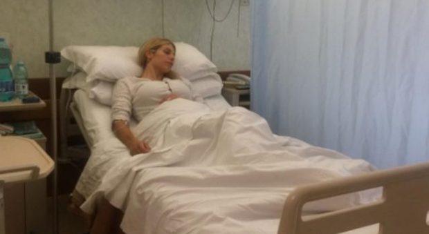 """Paura per Paola Caruso, star de L'isola dei famosi: """"Ricoverata per un'emorragia interna"""" -Guarda"""