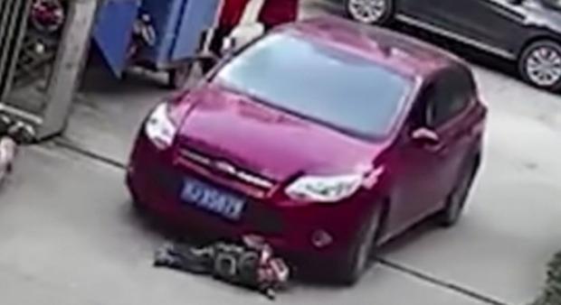 Cina, l'auto passa sopra al bimbo: il piccolo ne esce illeso