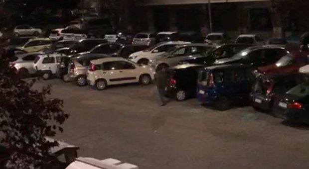 Colli Albani, a colpi di spranga distrugge 56 auto, i residenti: «Ma questo è un pazzo, fermatelo»