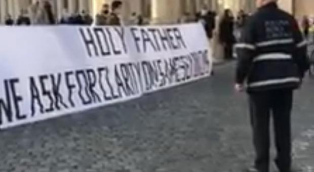 Striscione a San Pietro: «Santità faccia chiarezza sulle famiglie gay». L'autore è un ragazzo cattolicissimo