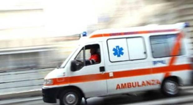 Roma, donna si getta dalle scale del centro commerciale: è gravissima