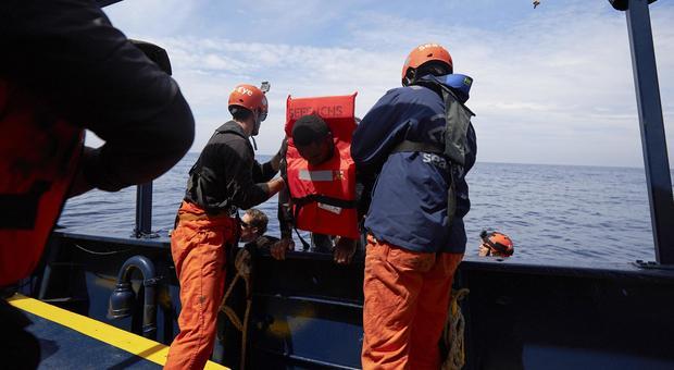 Migranti, gommone con 64 a bordo soccorso da Sea Eye. Salvini: vadano ad Amburgo