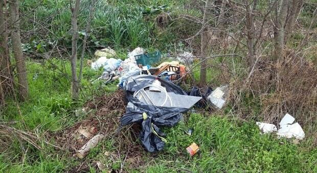Foligno, cumuli di rifiuti abbandonati in campagna. C'è di tutto: dalla plastica, agli pneumatici, e poi detriti edili, immondizia varia e sfalci di verde