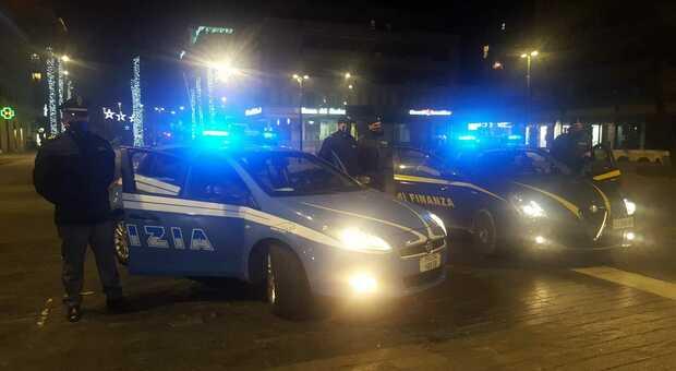 Coronavirus, festa di Capodanno in un ufficio di Pescara: blitz della Polizia, 13 multe