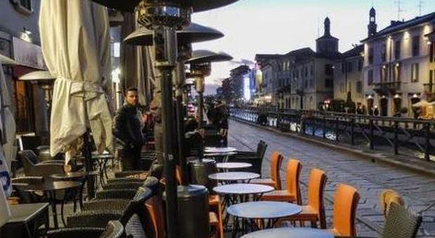 Milano, palco senza attori: le saracinesche restano giù
