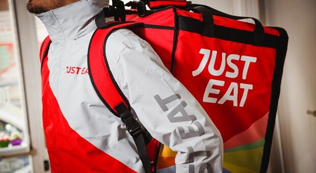 Just Eat, dal 2021 in Italia i rider potranno essere assunti come dipendenti