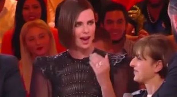 Charlize Theron gela un conduttore dopo il bacio in diretta: